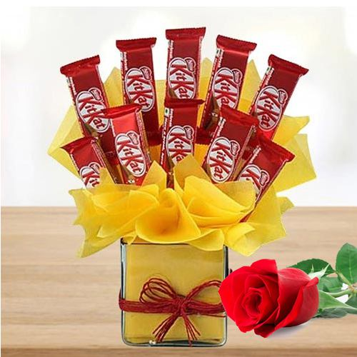 Marvelous Arrangement of Kitkat Chocolates in Glass Vase with Single Red Rose